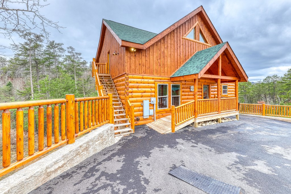 Photo of a Sevierville Cabin named Mountain High Cinema - This is the forty-first photo in the set.