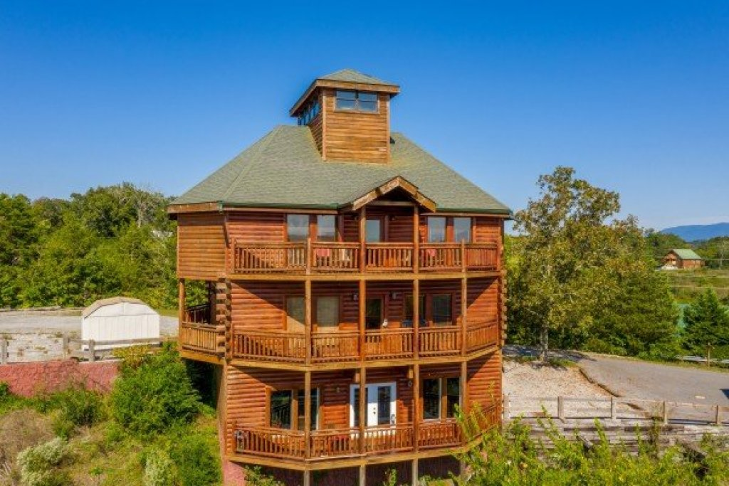 Photo of a Sevierville Cabin named Galaxy Splash - This is the second photo in the set.