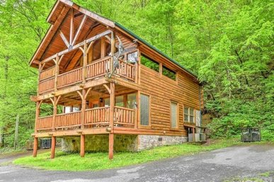 2 Bedroom, 2 Bath Luxury Cabin For 8 With Level Parking & A Hot Tub. In A Resort