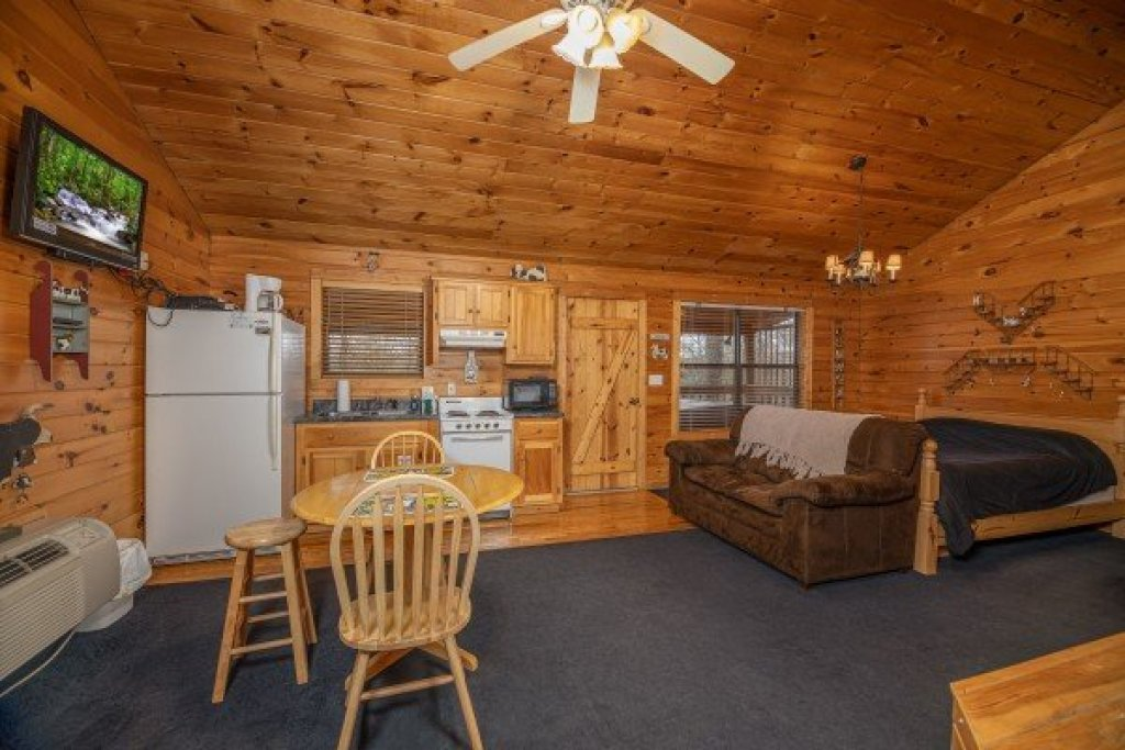 Photo of a Pigeon Forge Cabin named Country Getaway - This is the third photo in the set.