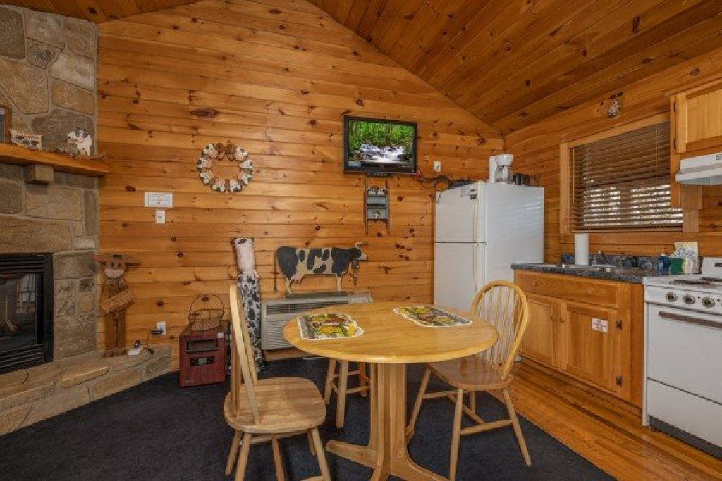 Photo of a Pigeon Forge Cabin named Country Getaway - This is the second photo in the set.