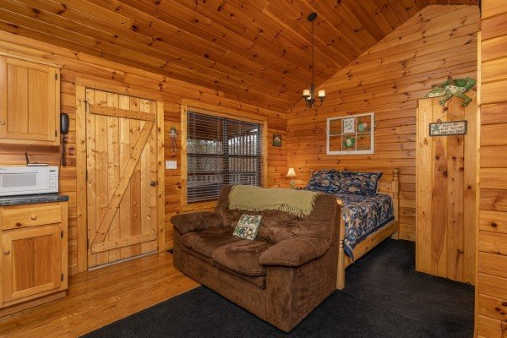 Photo of a Pigeon Forge Cabin named Lily Pad - This is the fifth photo in the set.