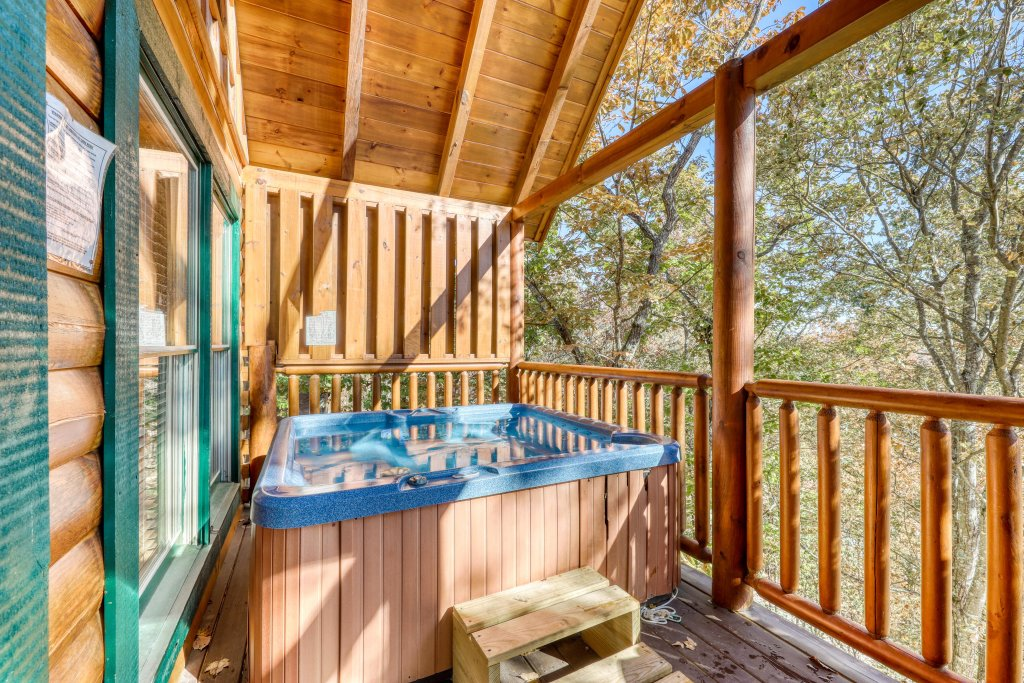 Photo of a Pigeon Forge Cabin named Treehouse - This is the second photo in the set.
