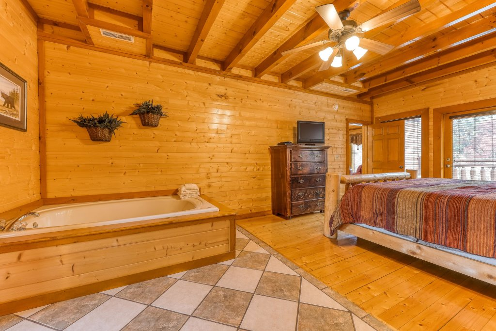 Photo of a Sevierville Cabin named Mountain Theatre Lodge - This is the fourteenth photo in the set.