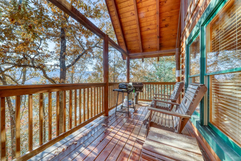 Photo of a Pigeon Forge Cabin named Treehouse - This is the first photo in the set.