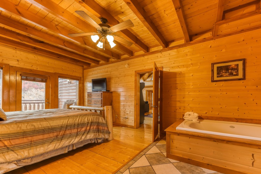 Photo of a Sevierville Cabin named Mountain Theatre Lodge - This is the sixteenth photo in the set.