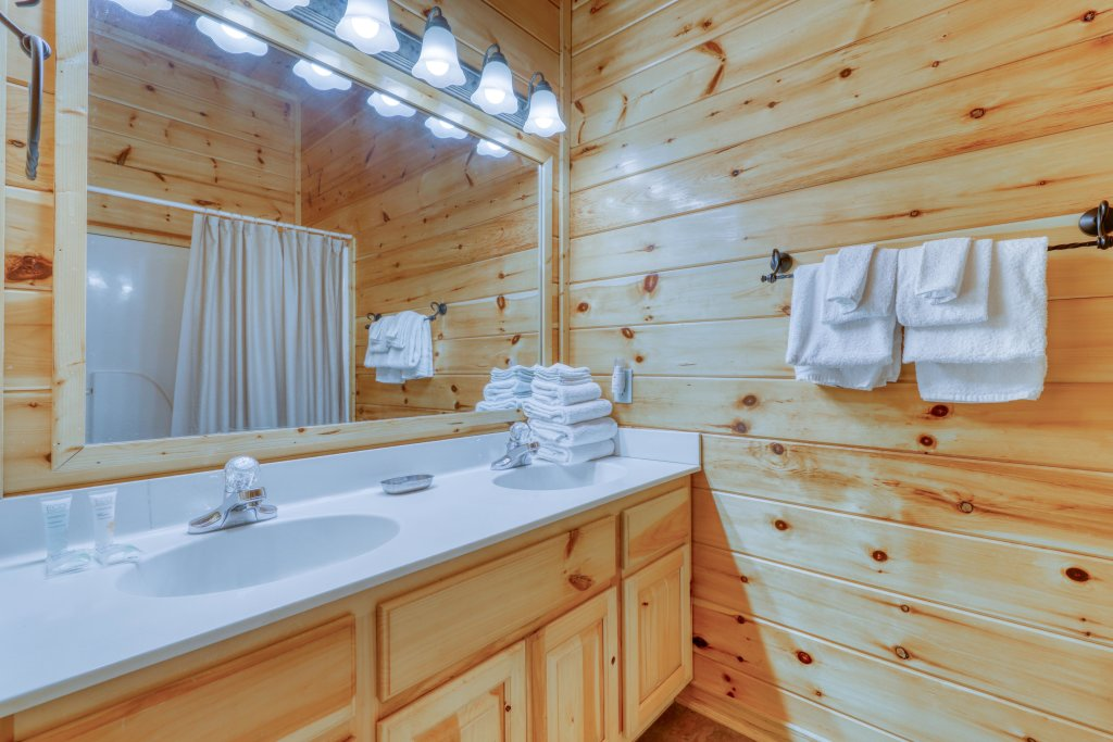 Photo of a Pigeon Forge Cabin named Robin's Rest - This is the twenty-ninth photo in the set.