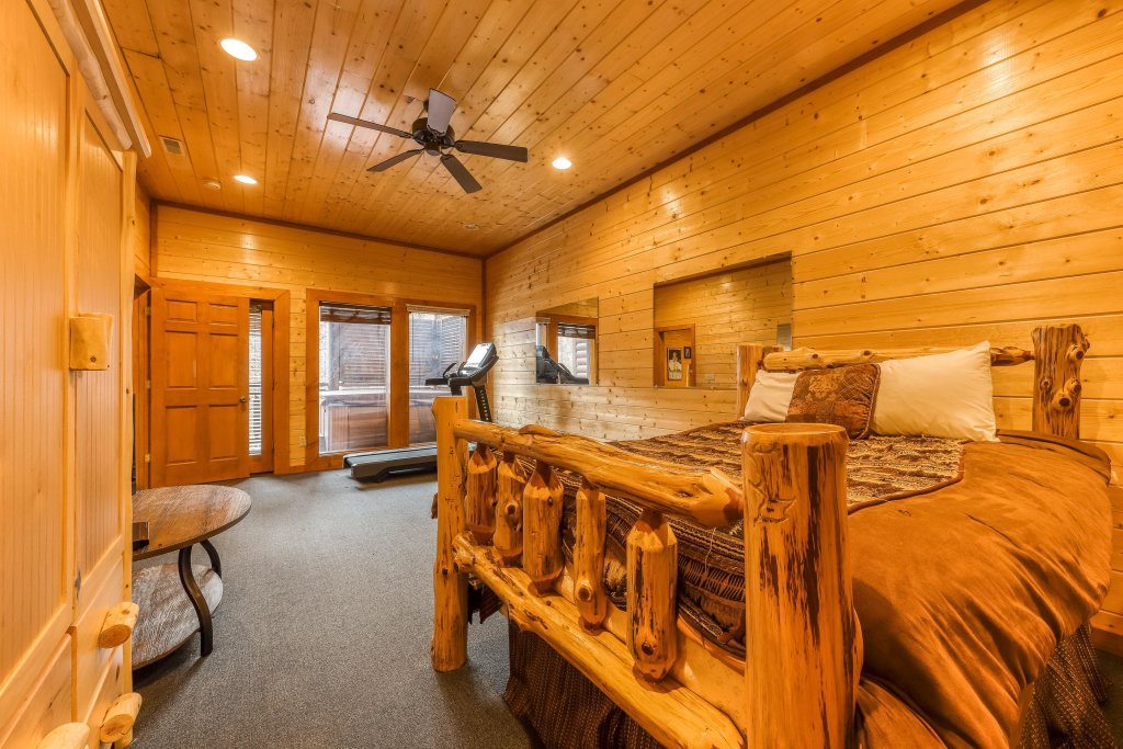 Photo of a Sevierville Cabin named Mountain Theatre Lodge - This is the thirty-ninth photo in the set.