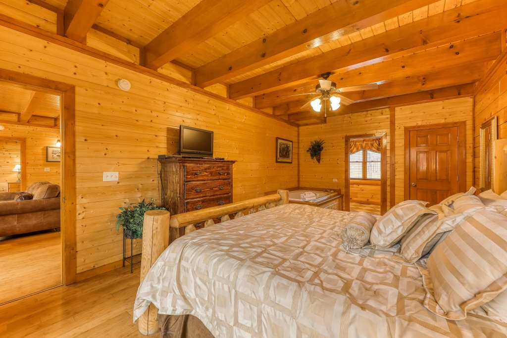 Photo of a Sevierville Cabin named Mountain Theatre Lodge - This is the twenty-eighth photo in the set.