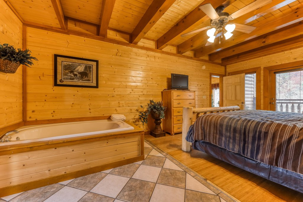 Photo of a Sevierville Cabin named Mountain Theatre Lodge - This is the twenty-sixth photo in the set.
