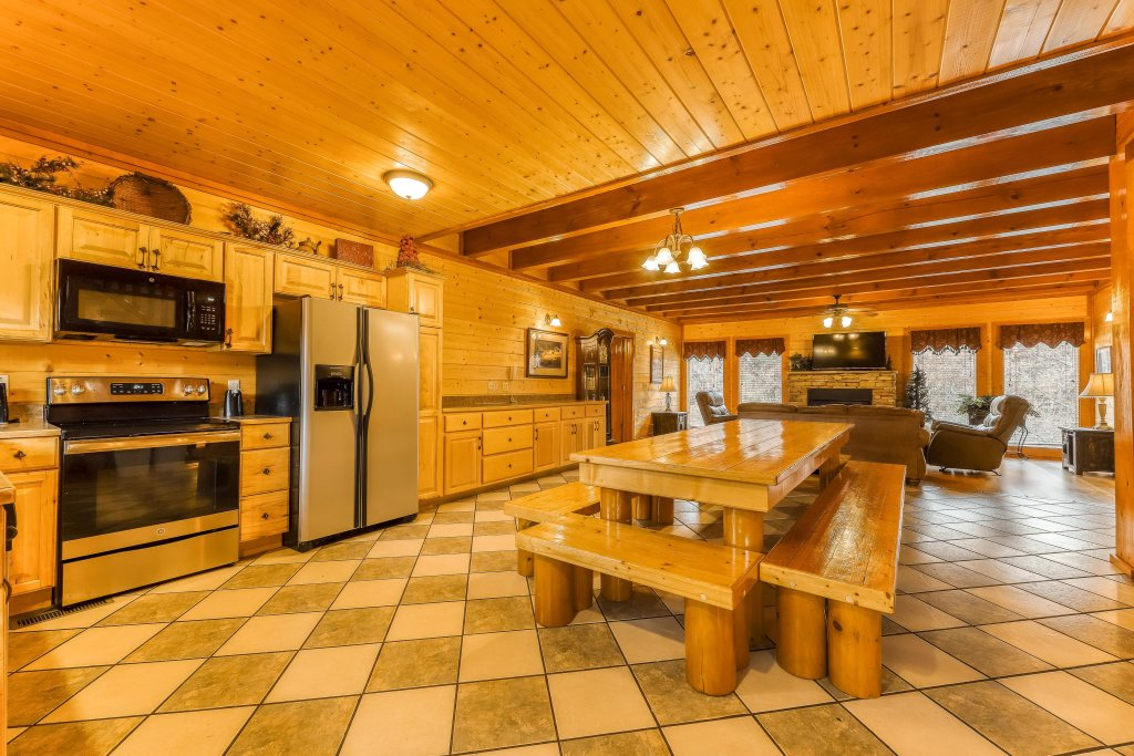 Photo of a Sevierville Cabin named Mountain Theatre Lodge - This is the fifth photo in the set.