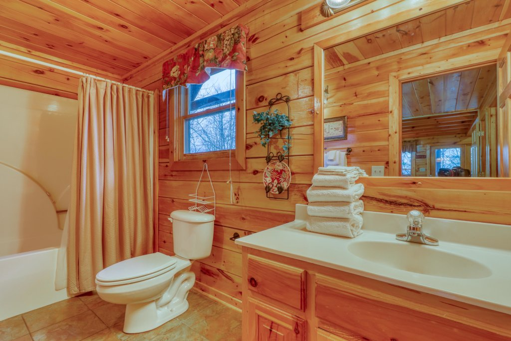 Photo of a Pigeon Forge Cabin named Robin's Rest - This is the nineteenth photo in the set.