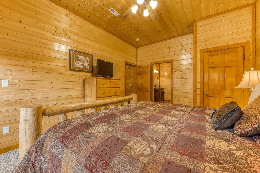 Photo of a Sevierville Cabin named Mountain Theatre Lodge - This is the thirty-seventh photo in the set.
