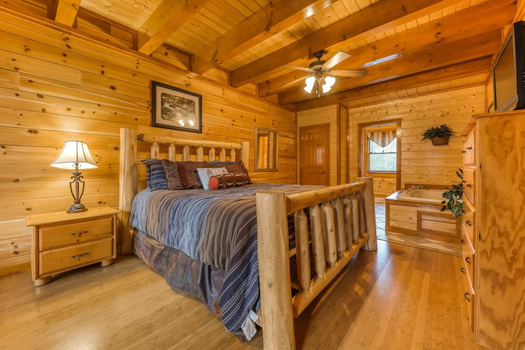 Photo of a Sevierville Cabin named Mountain Theatre Lodge - This is the twenty-fifth photo in the set.