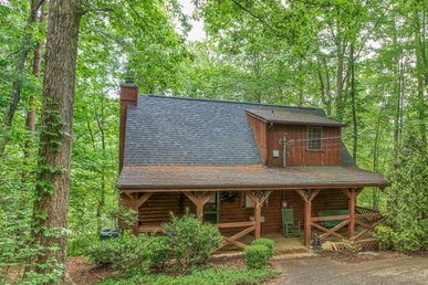 2 Bedroom, 2 Bath Luxury Cabin For 6 With An Arcade Game, Pool Table, & Hot Tub.