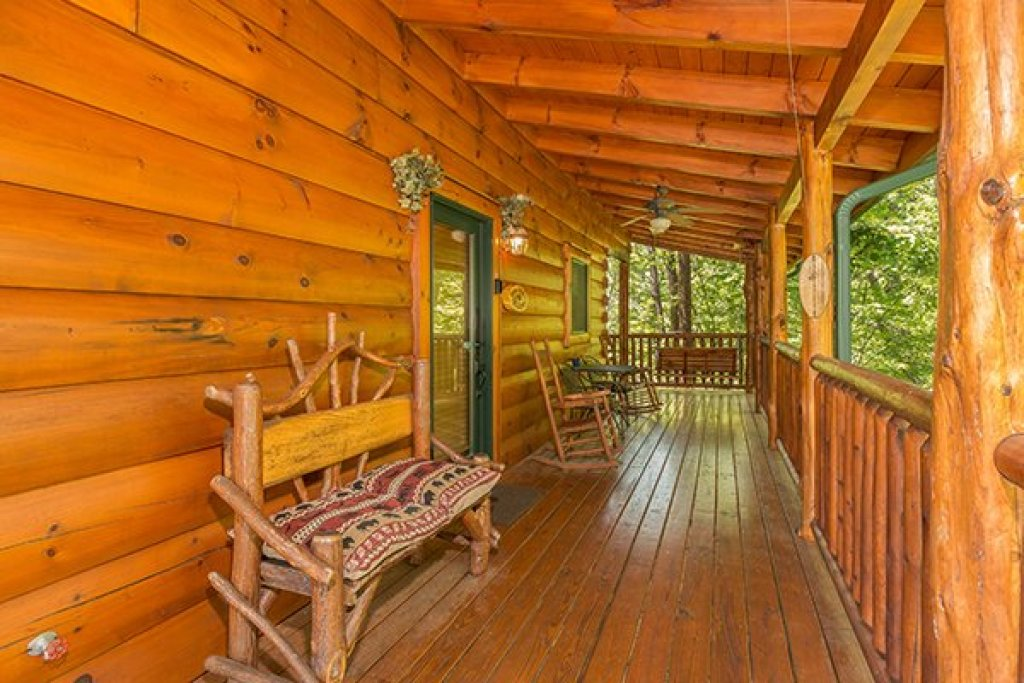 Photo of a Sevierville Cabin named Bearfoot Paradise - This is the third photo in the set.