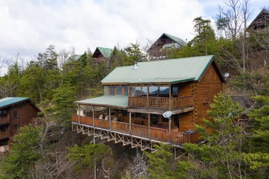 Roomy cabin with fireplaces, pool table, jetted tubs, and fantastic views