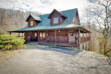 Spacious cabin close to Dollywood, with hot tub & game room