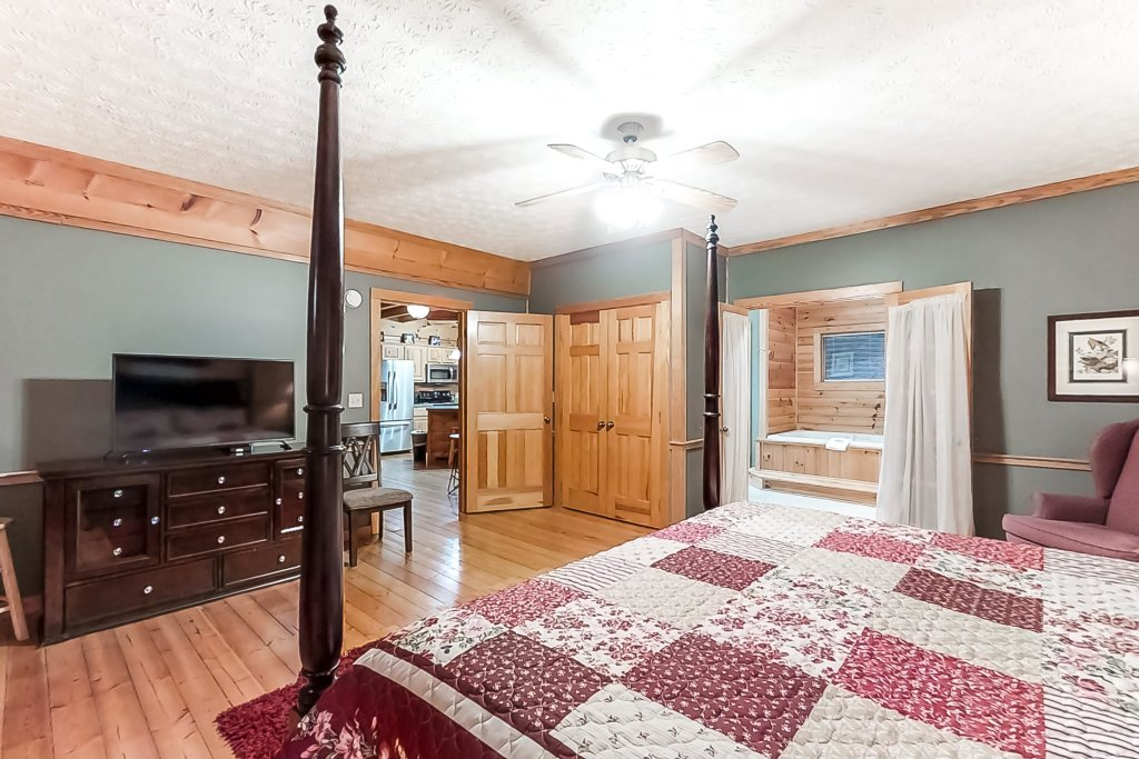 Photo of a Gatlinburg Cabin named Woodland Hideaway - This is the twenty-first photo in the set.