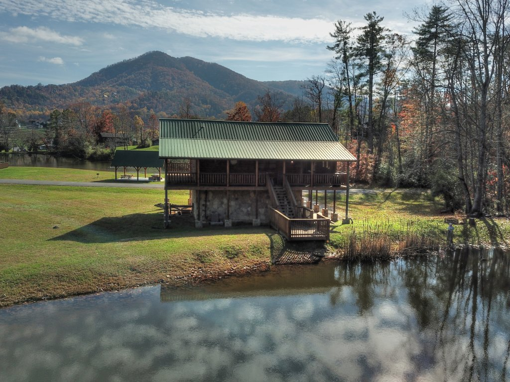 Photo of a Sevierville Cabin named A Fishing Hole #156 - This is the twenty-seventh photo in the set.