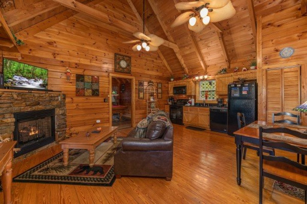 Photo of a Pigeon Forge Cabin named Mountain Breeze - This is the fifth photo in the set.