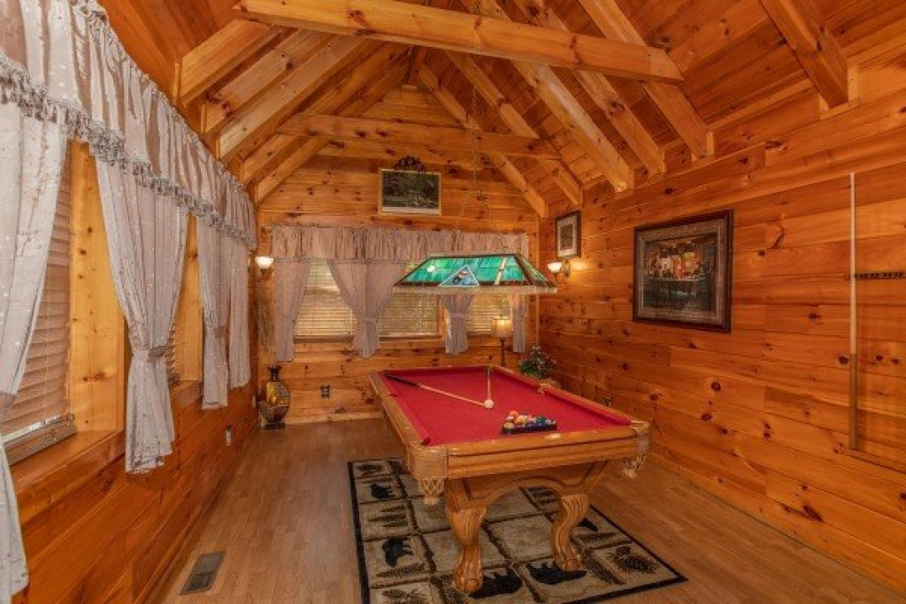 Photo of a Pigeon Forge Cabin named Mountain Breeze - This is the eighth photo in the set.