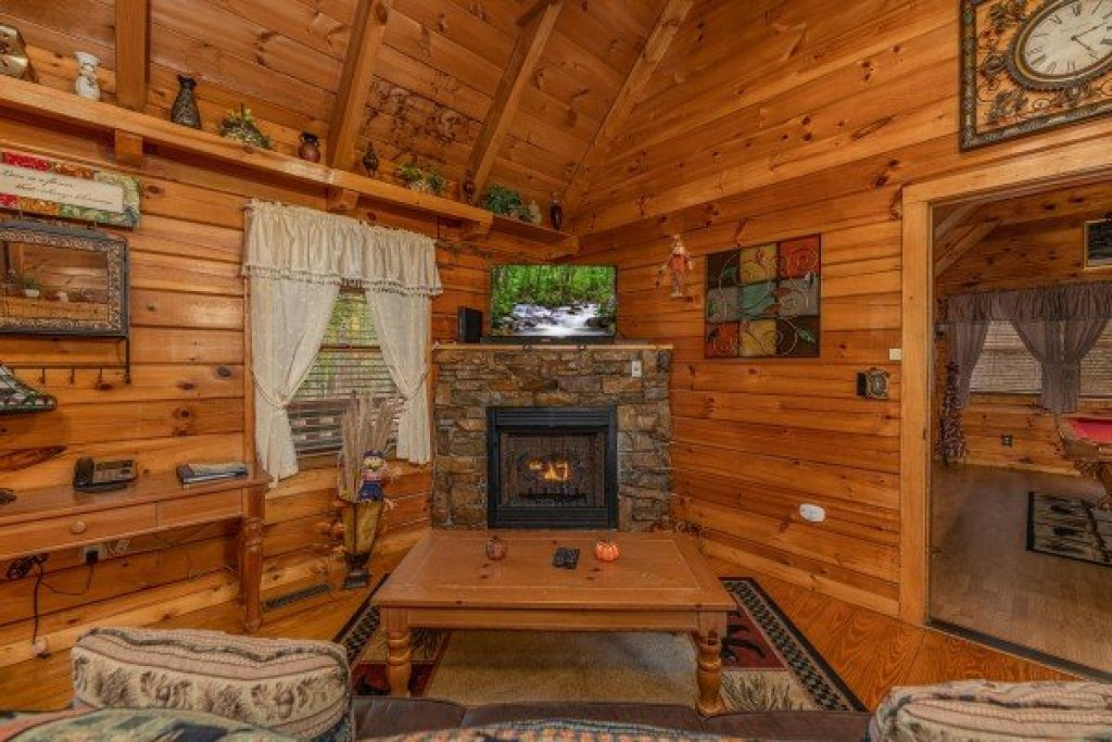 Photo of a Pigeon Forge Cabin named Mountain Breeze - This is the sixth photo in the set.