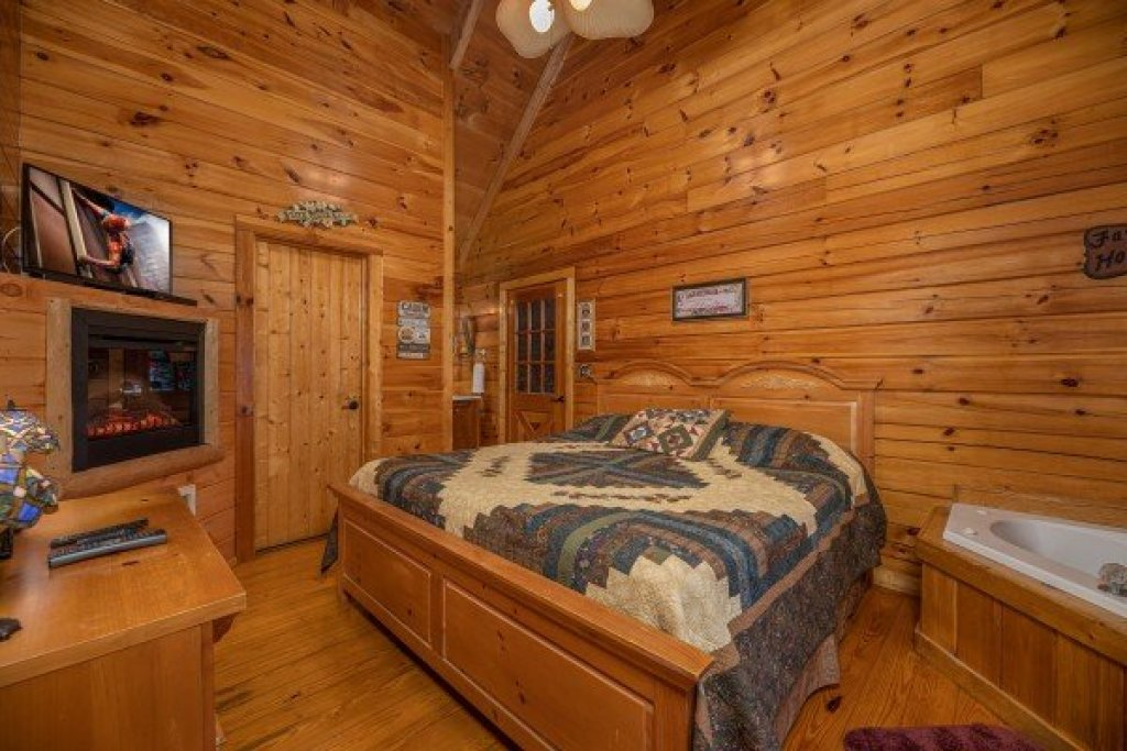 Photo of a Pigeon Forge Cabin named Mountain Breeze - This is the ninth photo in the set.