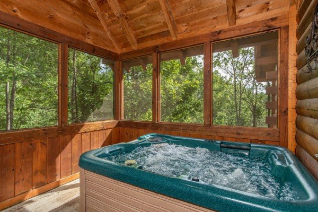 Photo of a Pigeon Forge Cabin named Mountain Breeze - This is the fourteenth photo in the set.