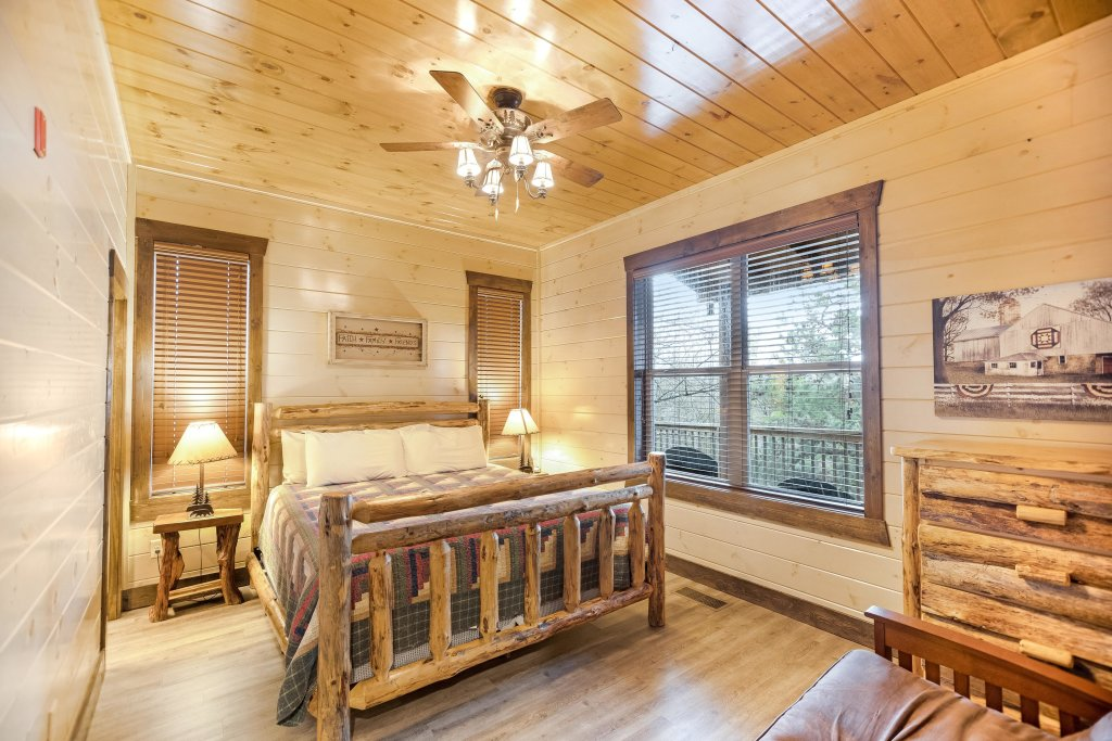 Photo of a Pigeon Forge Cabin named Aqua Dreamin' Retreat - This is the twenty-fourth photo in the set.