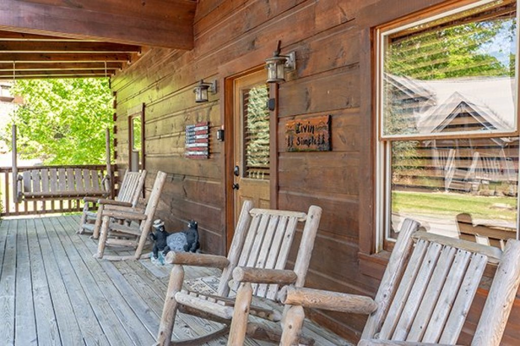 Photo of a Pigeon Forge Cabin named Livin' Simple - This is the second photo in the set.