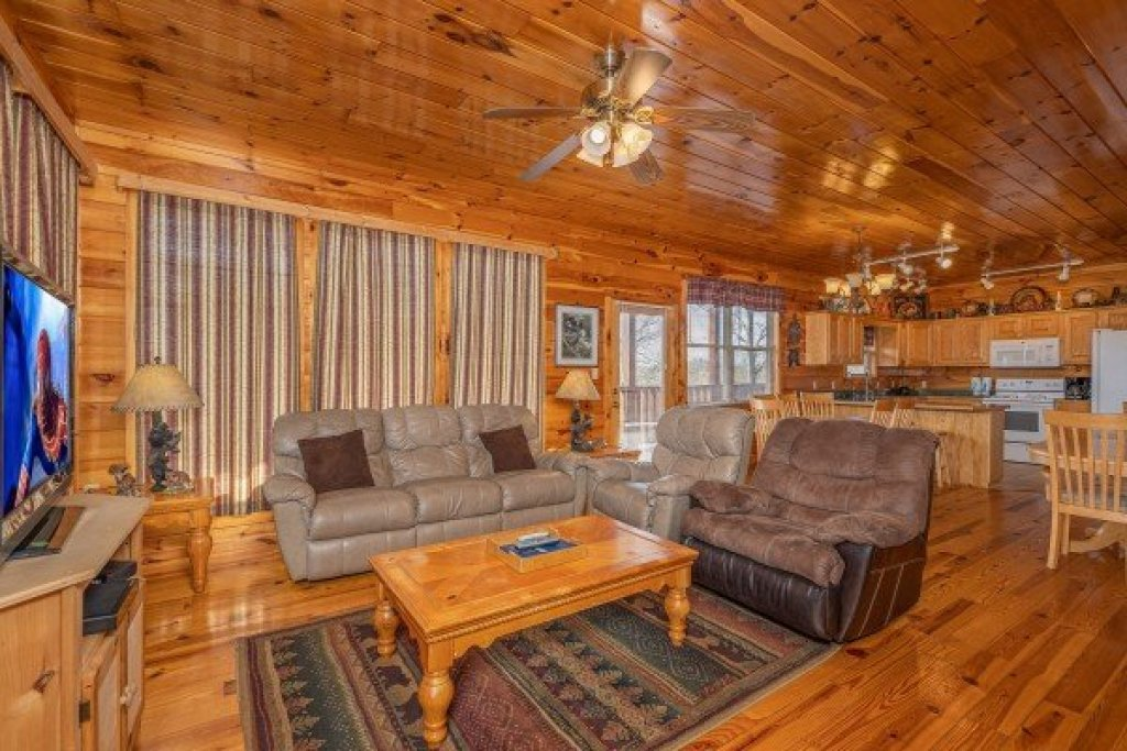Photo of a Sevierville Cabin named Hickernut Lodge - This is the sixth photo in the set.