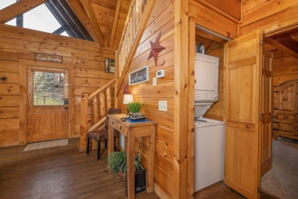 Photo of a Pigeon Forge Cabin named Livin' Simple - This is the fourteenth photo in the set.