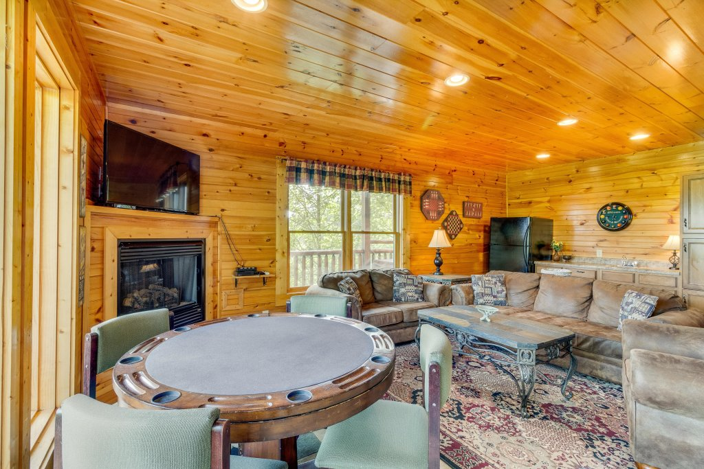 Photo of a Sevierville Cabin named Grizzly Manor - This is the second photo in the set.