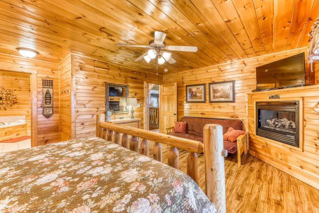 Photo of a Sevierville Cabin named Grizzly Manor - This is the fourteenth photo in the set.