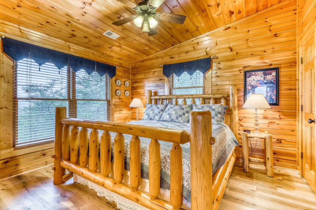 Photo of a Sevierville Cabin named Grizzly Manor - This is the sixteenth photo in the set.