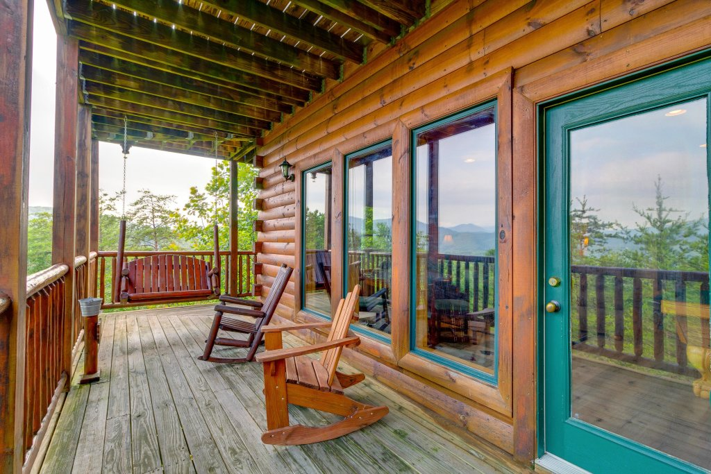 Photo of a Sevierville Cabin named Grizzly Manor - This is the thirty-fourth photo in the set.