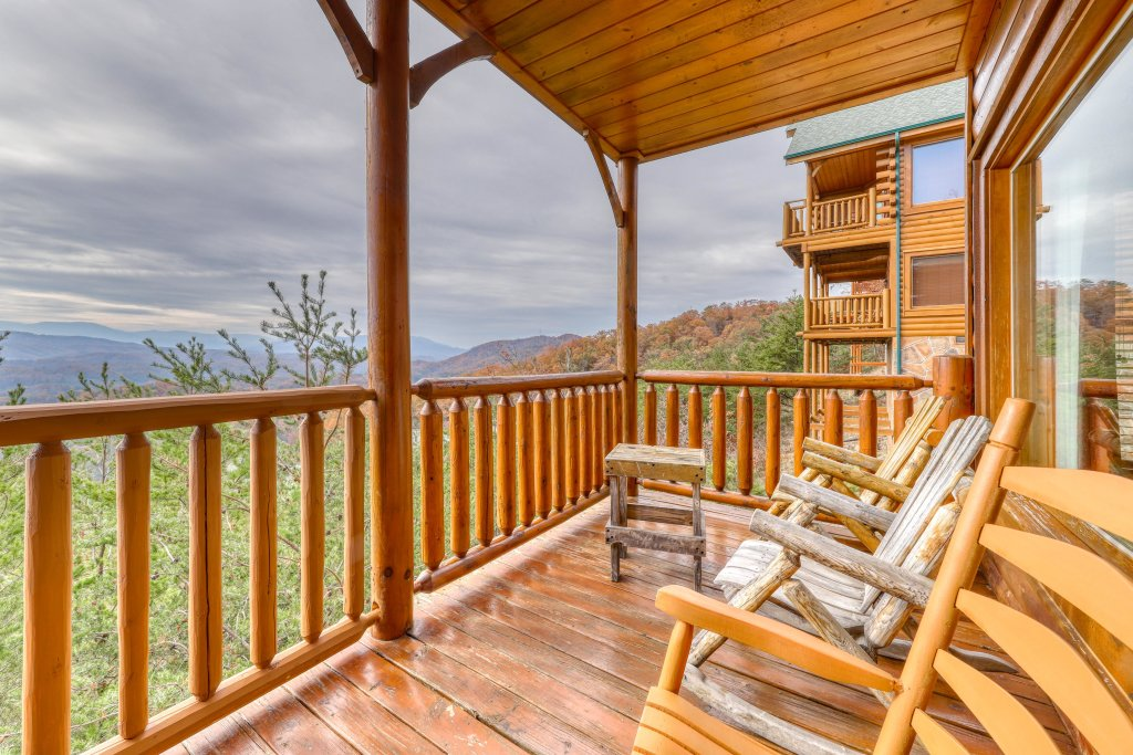 Photo of a Pigeon Forge Cabin named High Expectations - This is the second photo in the set.