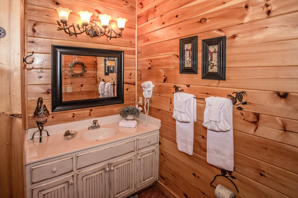Photo of a Sevierville Cabin named Cedar Forest - This is the nineteenth photo in the set.