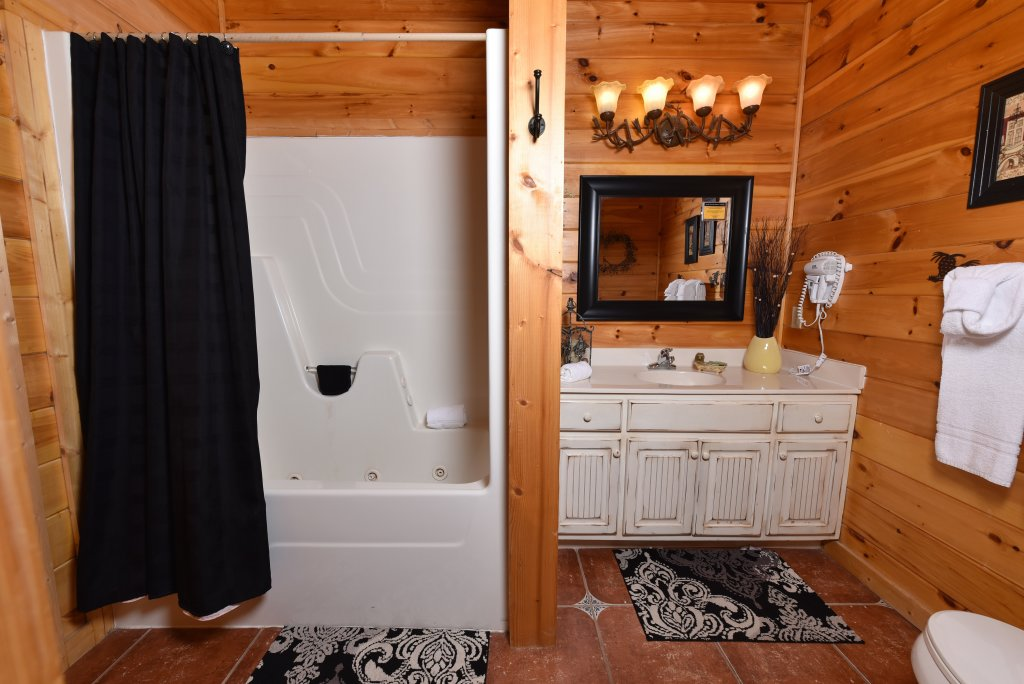 Photo of a Sevierville Cabin named Cedar Forest - This is the eighteenth photo in the set.