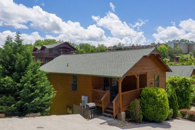 3 Bedroom, 2 Bath Luxury Cabin For 10 Close To Dollywood & In A Resort.
