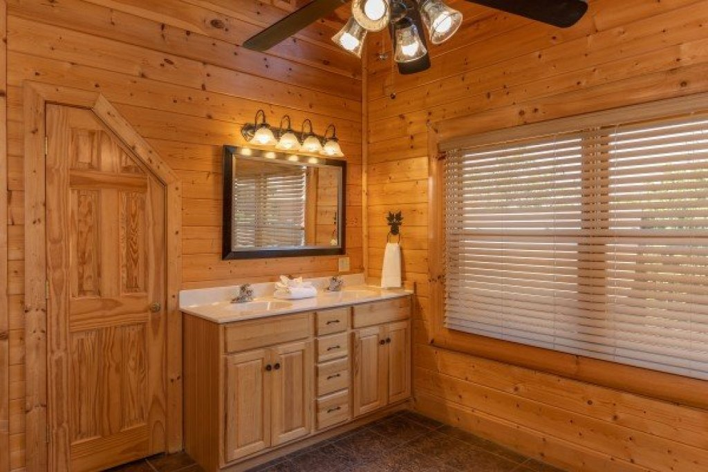 Photo of a Sevierville Cabin named Bear Bottom Retreat - This is the twenty-second photo in the set.