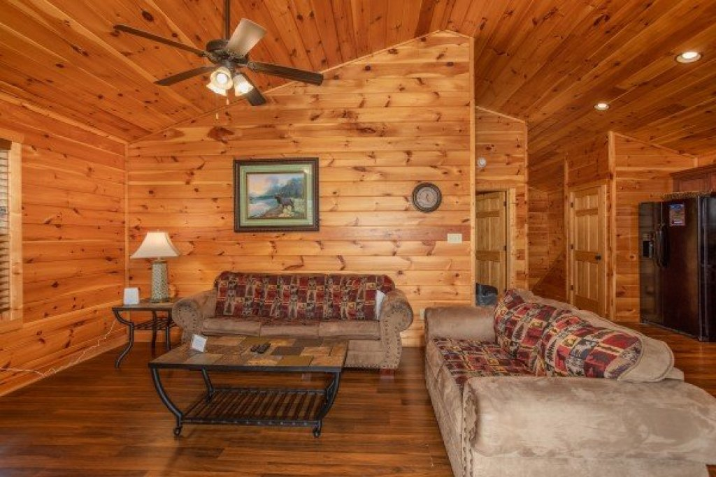 Photo of a Pigeon Forge Cabin named Pinot Paradise - This is the third photo in the set.