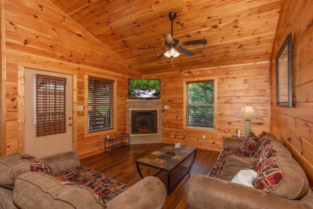 Photo of a Pigeon Forge Cabin named Pinot Paradise - This is the second photo in the set.