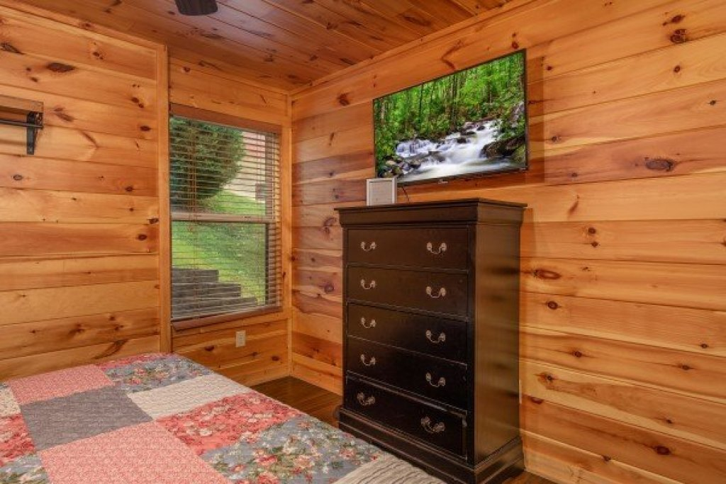 Photo of a Pigeon Forge Cabin named Pinot Paradise - This is the eighteenth photo in the set.