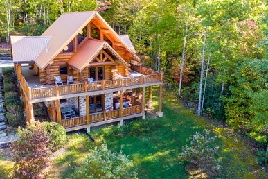 100 Year Old Giant Log Pigeon Forge Luxury Cabin: Fire Pit & Mountain Views!