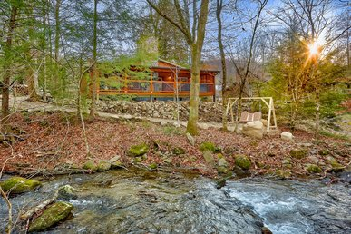 Enjoy An Amazing Cabin Creekside With Private Theater Room And Hot Tub!