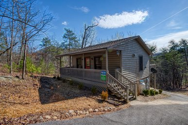 Adorable 1 Bedroom Cabin Close To All The Attractions In The Smoky Mounatins!