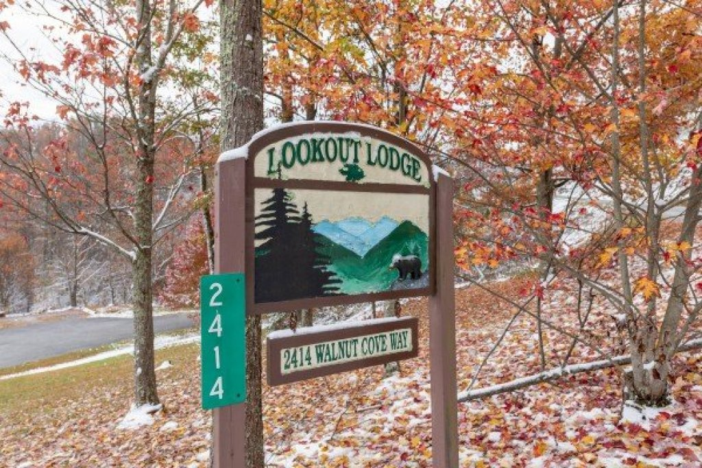 Photo of a Sevierville Cabin named Lookout Lodge - This is the forty-second photo in the set.