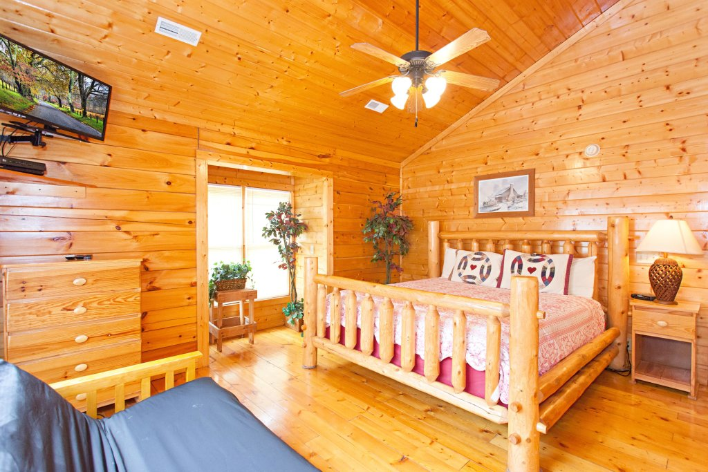 Photo of a Pigeon Forge Cabin named Creekside Lodge - This is the twenty-eighth photo in the set.